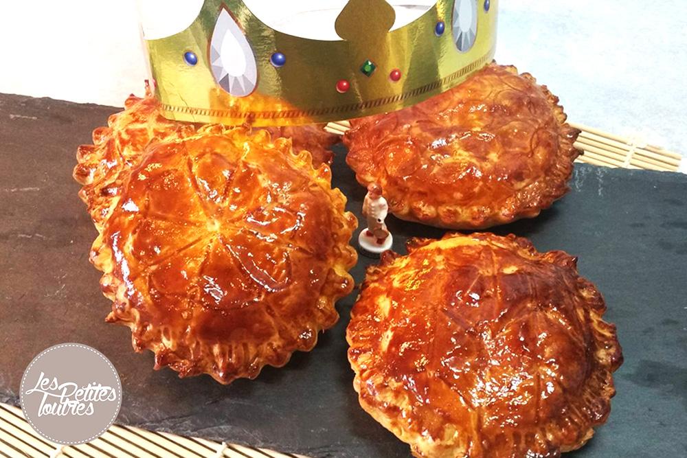 déguster la galette des rois à l'occasion de l'épiphanie. Je vous propose donc une recette traditionnelle de galette des rois à la frangipane ! Comme nous n'étions pas très nombreux j'ai décidé de tester une recette pour des petites galettes des rois individuelles à la frangipane !!
