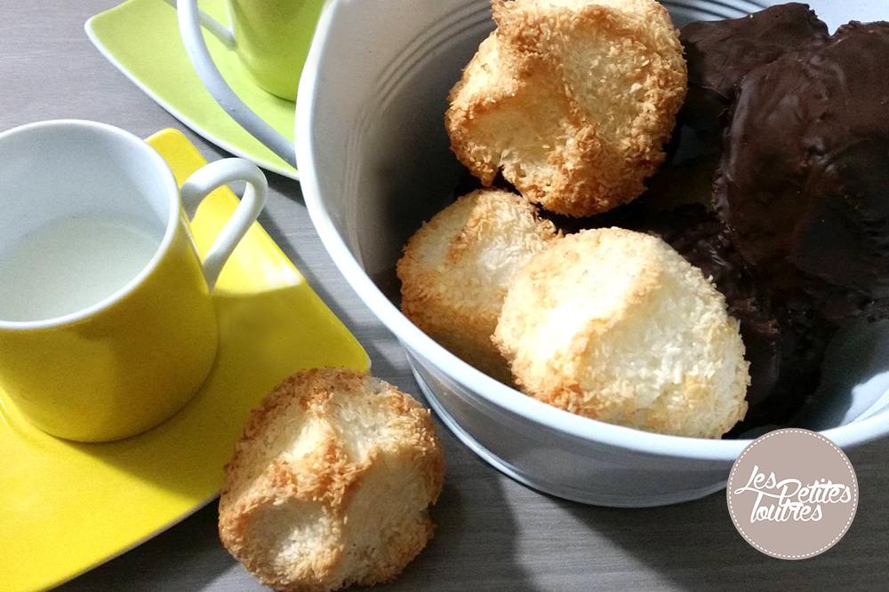 Découvrez cette recette de rochers à la noix de coco !! Elle est ultra facile, se réalise en un rien de temps et elle est délicieuse ! Pour plus de gourmandise, j'ai recouvert la moitié de mes rochers de chocolat noir... un régal pour la goûter ou pour un dessert.