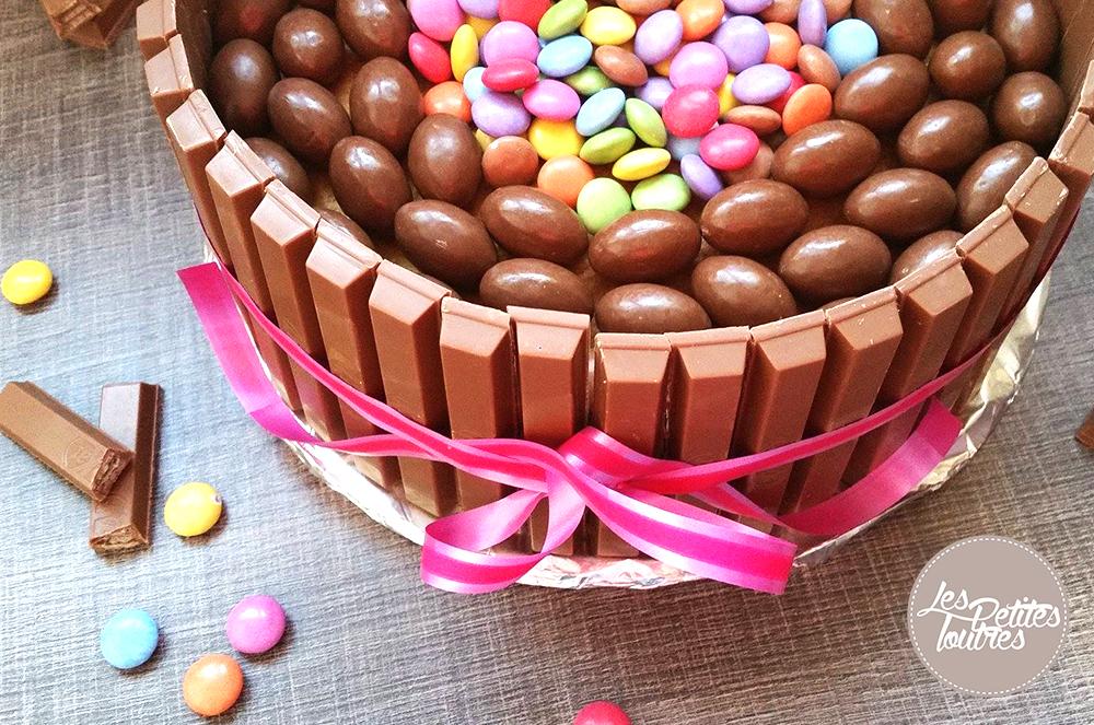 Recette facile pour réaliser un délicieux gâteau au chocolat, kit kat, smarties et schoko-bons... Une succès assuré auprès de vos convives avec ce gâteau.