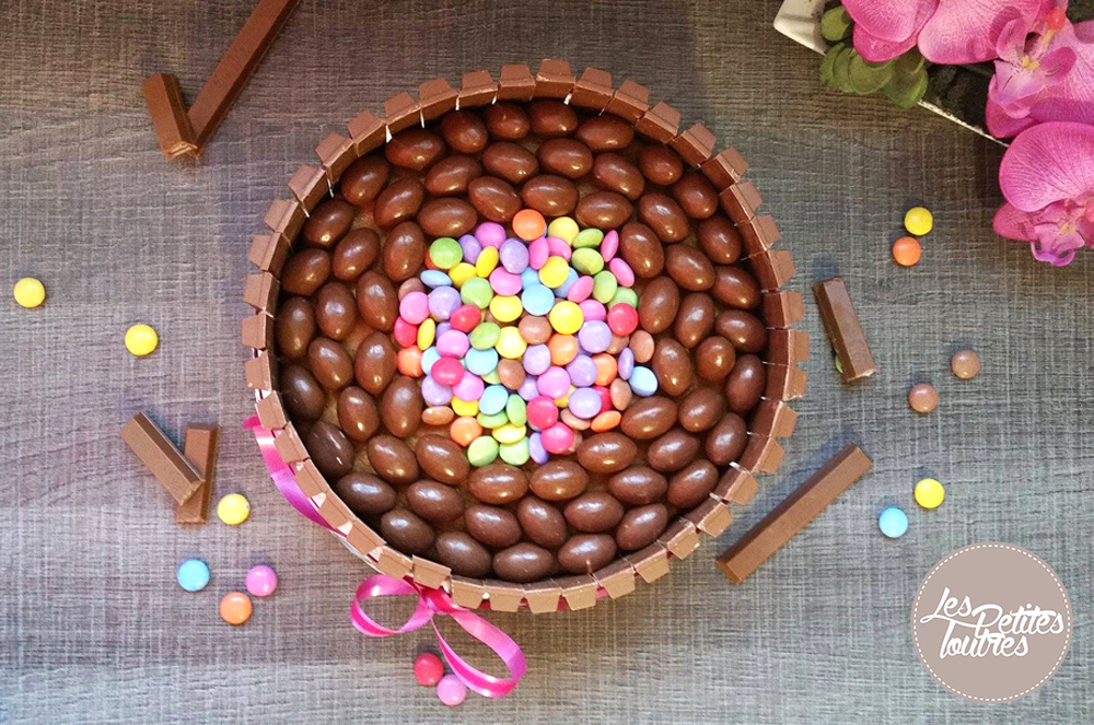 gâteau au chocolat, kit kat, smarties et schoko-bons